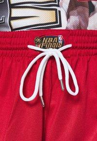 Mitchell & Ness - NBA CHICAGO BULLS NBA OLD ENGLISH FADED SWINGMAN - Sportovní kraťasy - red - 5