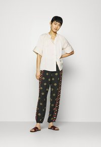 Farm Rio - GRAPHIC SHINE PANTS - Kalhoty - multi - 1