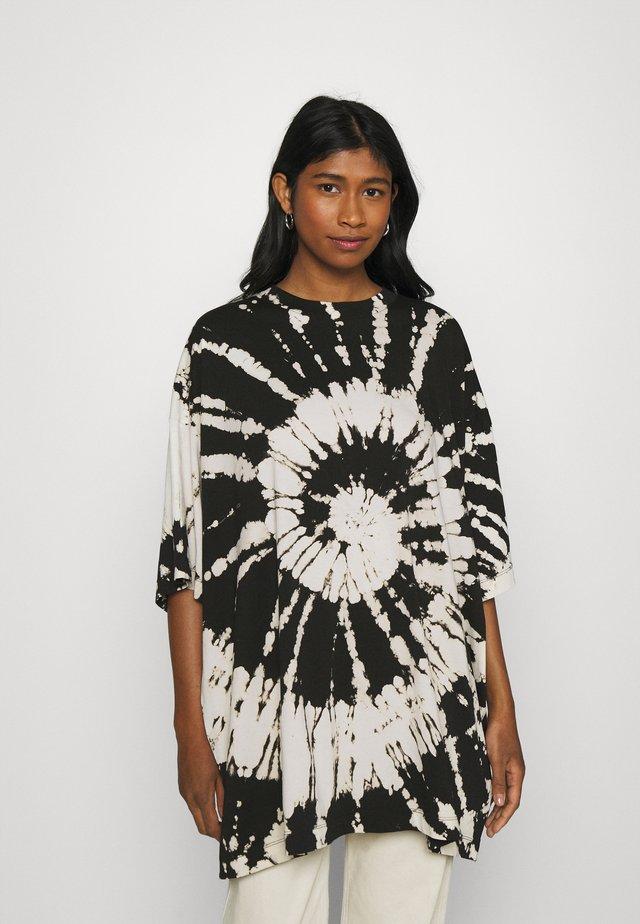 HUGE - T-shirt med print - black