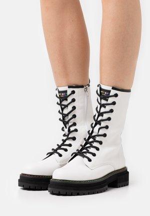 BIRDIE HIGH - Stivali con i lacci - white