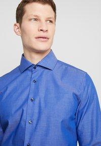Seidensticker - SLIM FIT SPREAD KENT PATCH - Formální košile - dark blue - 4