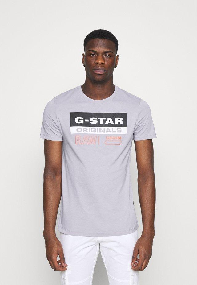 ORIGINALS LABEL LOGO SLIM ROUND SHORT SLEEVE - T-shirt imprimé - steel grey