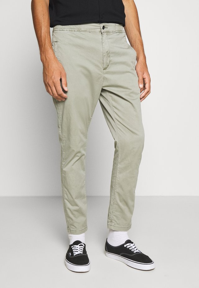 CARL PANT - Chino - shadow green