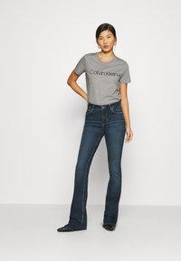 Calvin Klein - CORE LOGO - T-shirt con stampa - mid grey heather - 1