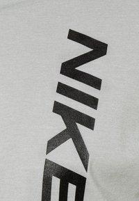 Nike Performance - BURNOUT - T-shirt z nadrukiem - particle grey/black - 6