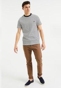 WE Fashion - MET STREEPDESSIN - Print T-shirt - white - 1