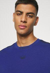 adidas Originals - 3 STRIPE TEE - T-shirts print - victory blue/black - 5