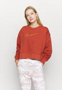 Nike Performance - DRY GET FIT CREW - Sweater - firewood orange - 0