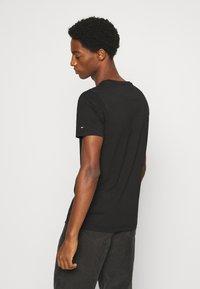 Tommy Hilfiger - MINI STRIPE - T-shirt z nadrukiem - black - 2