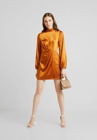 4th & Reckless - LILLIA HIGHNECK MINI DRESS WITH TWIST FRONT - Day dress - ginger - 2