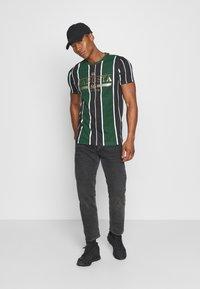 Brave Soul - ROCKY - Print T-shirt - bottle green/white/black - 1