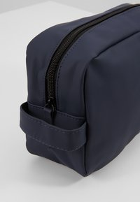Jack & Jones - JACPETE TOILETRY BAG - Trousse de toilette - navy blazer - 6