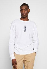 Tommy Jeans - TJM LONGSLEEVE VERTICAL LOGO TEE - Long sleeved top - white - 3