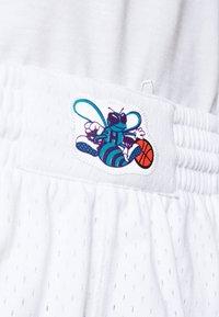 Mitchell & Ness - SWINGMAN SHORTS 1992-93 HORNETS - Sports shorts - white/teal - 5