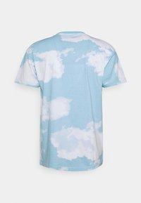 Mennace - SUNDAZE CLOUD PRINT UNISEX - T-shirt con stampa - blue - 1