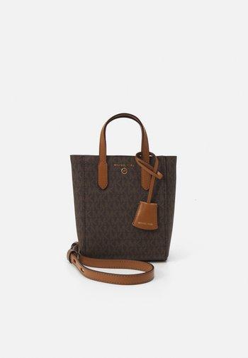 SINCLAIR XS TOTE XBODY - Across body bag - brown/acorn