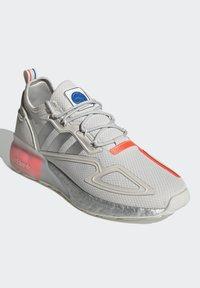 adidas Originals - ZX 2K BOOST UNISEX - Tenisky - grey one/silver metallic/solar red - 2