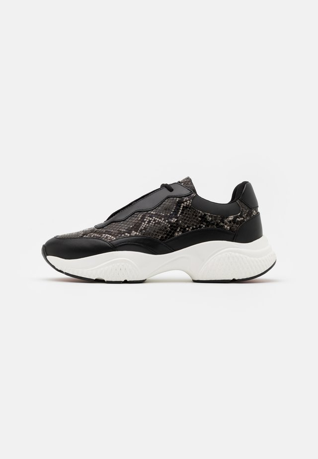INSERT RUNNER - Trainers - black/white