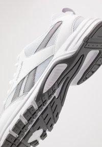 Reebok - PHEEHAN - Obuwie do biegania treningowe - white/grey/cold grey - 5