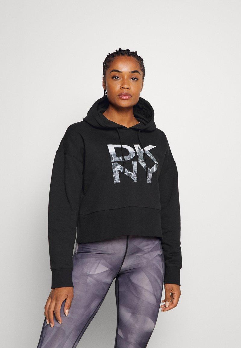 DKNY - STACKED CITY LOGO RAGLAN CROPPED HOODIE - Sweatshirt - black