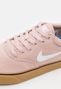 Nike SB - CHRON 2 UNISEX - Skateschoenen - pink oxford/white/light brown/black - 5