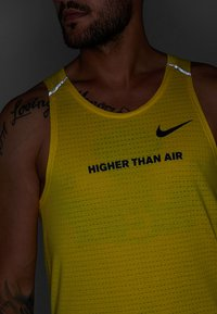 Nike Performance - RISE TANK ARTIST - Sports shirt - chrome yellow/obsidian/reflective silver - 5