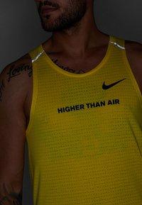 Nike Performance - RISE TANK ARTIST - Funktionströja - chrome yellow/obsidian/reflective silver - 5