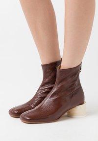 MM6 Maison Margiela - STIVALETTO TACCO BARATTOLO BASSO - Classic ankle boots - friar brown - 0