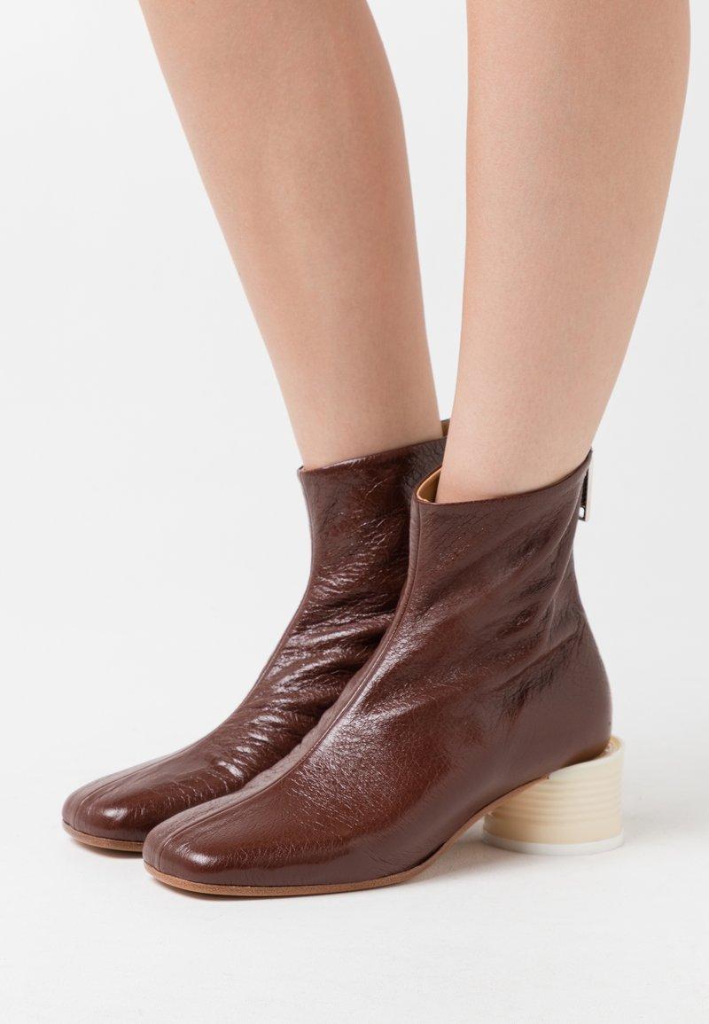 MM6 Maison Margiela - STIVALETTO TACCO BARATTOLO BASSO - Classic ankle boots - friar brown