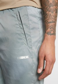 Wood Wood - HAMPUS TROUSERS - Tracksuit bottoms - army - 5