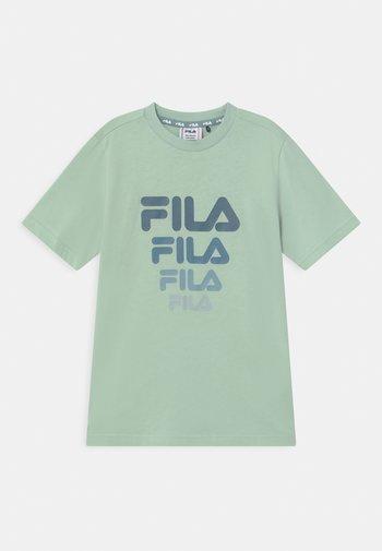 PAVEL - Print T-shirt - silt green