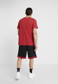 Jordan - JUMPMAN CREW - Print T-shirt - gym red/black - 2