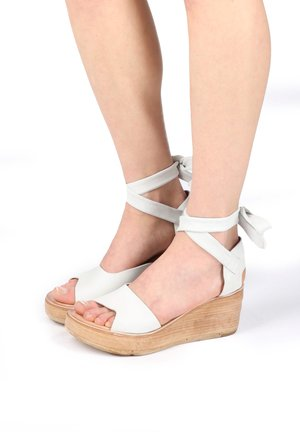 Sandały na koturnie - bianco