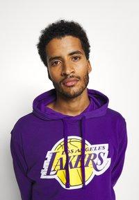 Nike Performance - NBA LOS ANGELES LAKERS ESSENTIAL HOODIE - Klubové oblečení - field purple/amarillo - 3