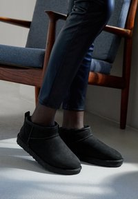 UGG - CLASSIC ULTRA MINI - Boots à talons - black - 5