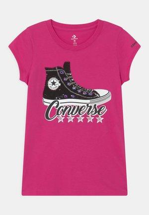 FLIP SEQUIN CHUCK TAYLOR TEE - T-shirt z nadrukiem - prime pink