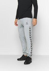 Hummel - HMLNATHAN PANTS - Pantalones deportivos - quarry - 0