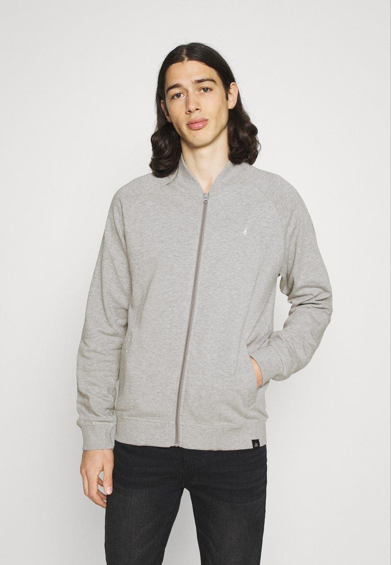Newport Bay Sailing Club - Sweater met rits - grey marl