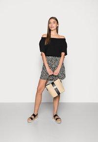 Selected Femme - FUMA  - Shorts - black - 1