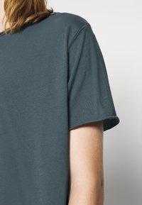Filippa K - Basic T-shirt - charcoal blue - 4