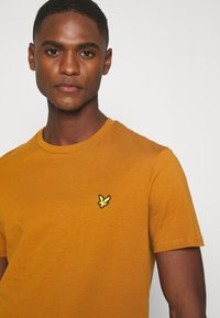 Lyle & Scott - Basic T-shirt - caramel - 4
