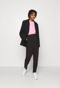 Vero Moda - VMMORGAN PANT - Pantaloni - black/white - 1