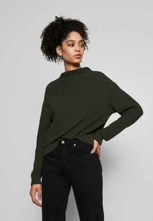Diagonal jumper with grown on collar - Strikkegenser - jungle green