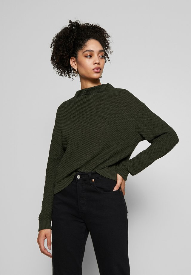 Diagonal jumper with grown on collar - Strickpullover - jungle green