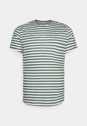 GLOBAL STRIPE LONGLINE TEE - T-shirt med print - green