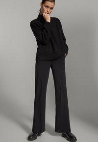 Massimo Dutti - SCHWARZE MIT SCHLITZ AM SAUM  - Pantalon classique - black - 0