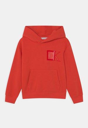MONOGRAM BLOCK LOGO HOODIE - Sweatshirt - flaming chili