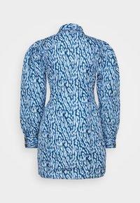 CMEO COLLECTIVE - GOOD LOVE DRESS - Košilové šaty - indigo leopard - 1
