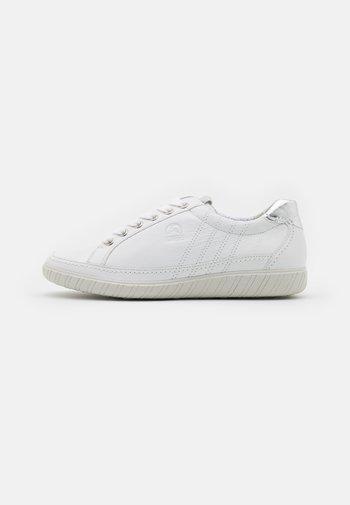 Trainers - weiß/argento