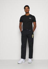Champion - MLB PREMIUM PITTSBURGH PIRATES STRAIGHT HEM PANTS - Club wear - black - 1